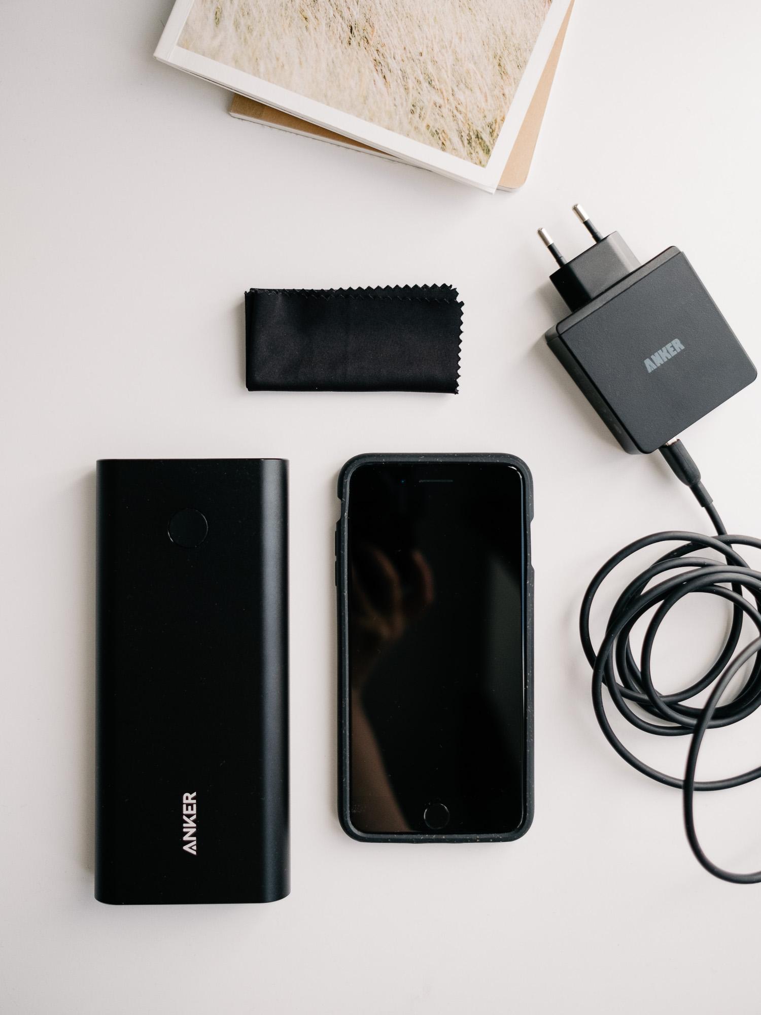 Smartphone, externer Akku, Brillentuch und längeres Ladekabel